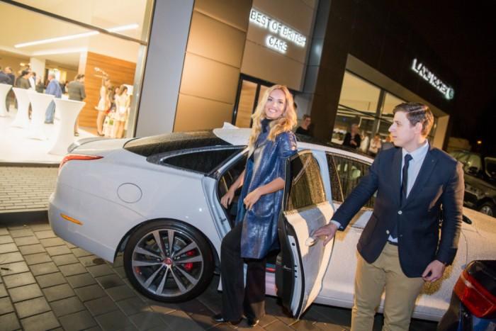 3 Taťána přijela Jaguarem do nového autoaslonu