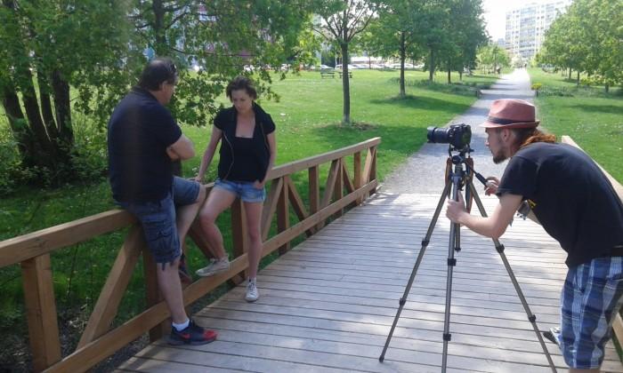Lenka a Miroslav na natáčení v parku