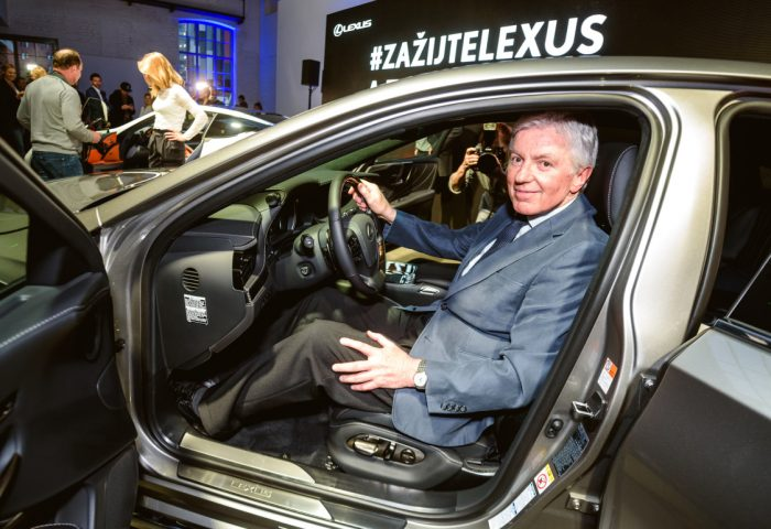 Plasticky chirurg doc. MUDr. Jan Mestak je majitelem Lexusu, CSc Lexus27