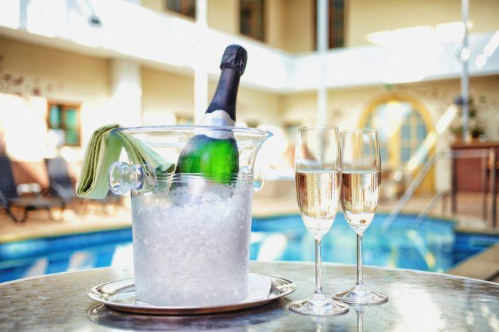 Šampaňské u bazénu
