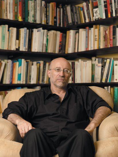 Tony Judt v knihovně - foto