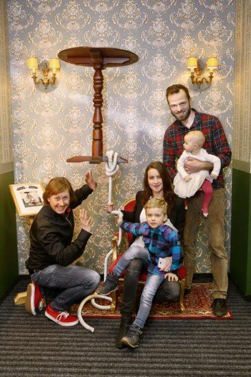 Pavel Kozisek kouzli s Lukasem Langmajerem a jeho synem Mikulasem, dcerou Magdalenkou a manzelkou Lucii