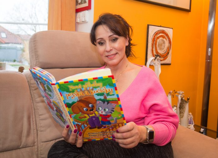 Heidi čte knihu Nové příběhy pejska a kočicky Foto MV knihy