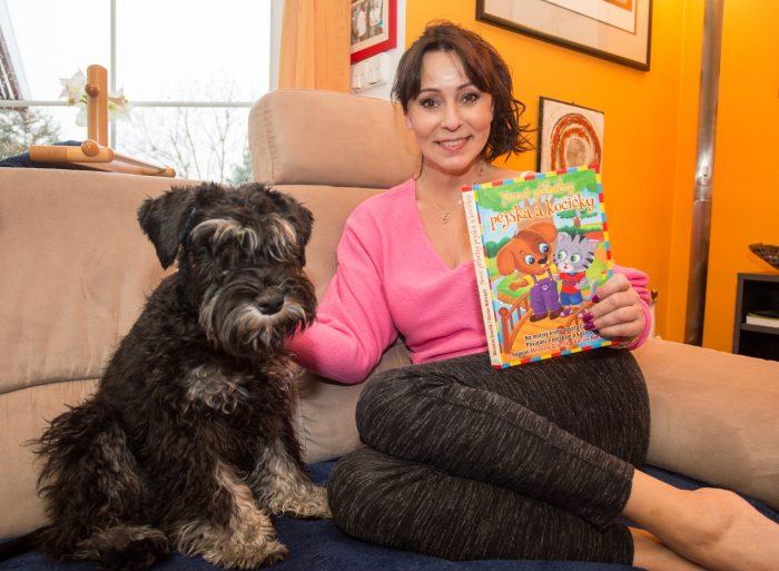 Heidi a její Eda čtou Nové přiběhy pejska a kočicky Foto MV knihy