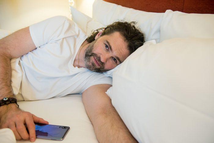 Jágr při relaxu v posteli. Fotokredit_Huawei.1_preview
