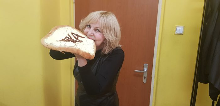 Na koncerte v Martine dostala HZ od svych fanousku tenhle nadherny kolac, ktery taky hned ochutnala (photo Renata Vesela)