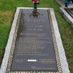 Hrob Elvisovy babičky Maggie May v gracelandské Zahradě meditací (photo Hana Lysáková)