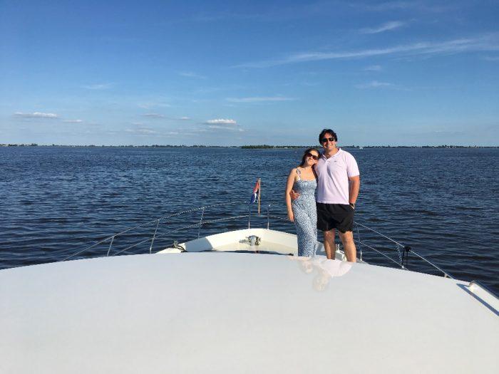 K. Knezikova a A. Plachetka pri plavbe po holandskem jezere Sneekermeer (2017)