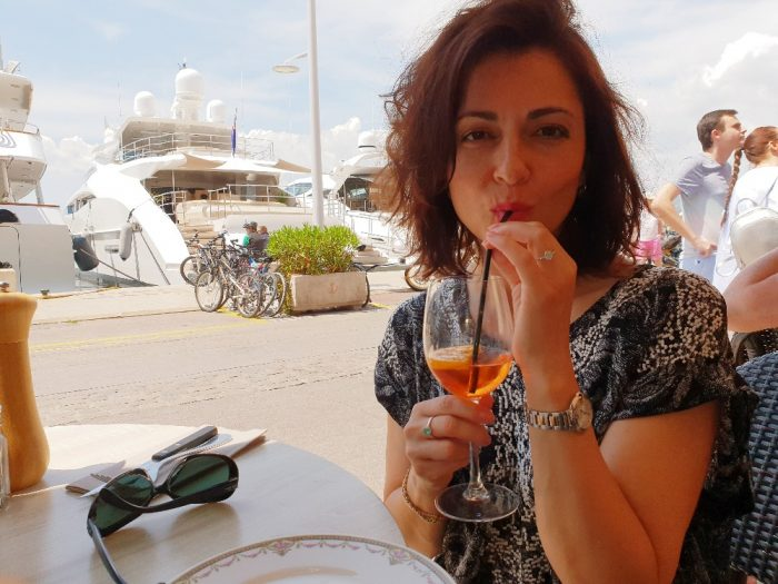 Eva Borska1 - Drink s vyhledem na luxusni jakchty