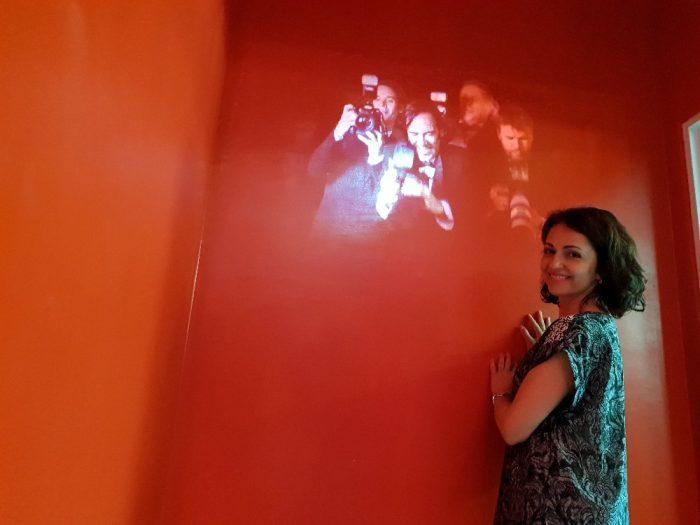 Eva Borska5 - Ani v muzeu, kde se nataceli slavni Cetnici ze Saint Tropez, se Eva nevyhnula bleskum fotoaparatu