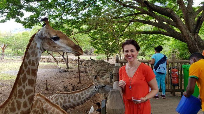 Mauricius9-Eva Borská se chystá nakrmit žirafy