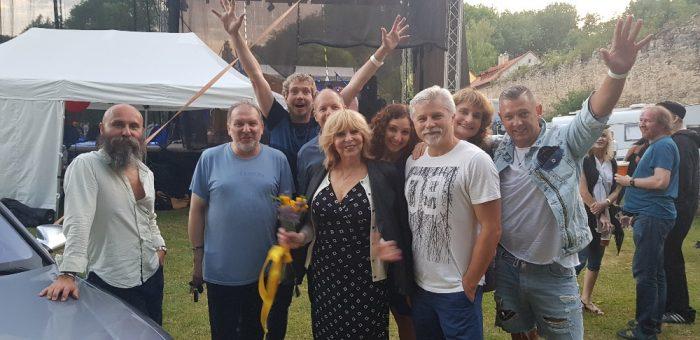 Okoř se šťávou 2018 - Se členy Boom Bandu, jeho kapelníkem Jiřím Dvořákem, svou asistentkou Renatou Veselou a se svým řid
