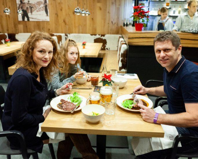 8 Marketa, Christel a Petr dobroty jsou na stole IMG_1793