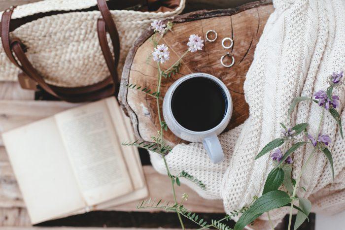 hrnek s čajem-pohoda piknik