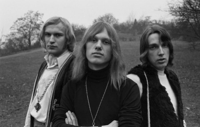 Rebels  1968 Jiří Korn (* 17. května 1949 Praha) je český muzikálový a popový zpěvák, kytarista, baskytarista, tanečník, moderátor a herec. Juračka Korn Káša Rebels (někdy též označováni jako The Rebels) byli československá rocková skupina. Založili ji v červenci 1967 Jiří Korn a Svatopluk Čech. Zazářili v roce 1967 s west-coastovým repertoárem téměř kompletně převzatým od amerických The Mamas and the Papas. Ve své hudbě používali též prvky britského merseybeatu. Na 1. československém beatovém festivalu v témže roce zvítězila kapela v kategorii Objev roku, roku 1968 vydali své první album Šípková Růženka. Na podzim 1968 odjeli na dlouhodobé turné po Západním Německu, Polsku a Rakousku. Skupina se začátkem roku 1970 rozpadla. V roce 1970 nazpíval Josef Plíva, bývalý člen Rebels, s Orchestrem Václava Zahradníka anglickou verzi Šípkové Růženky pod názvem Fairy-Tales in Beat.