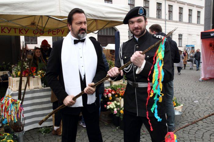 Jaromir Adamec a Tomas Novotny pripravuji pomlazku IMG_9145