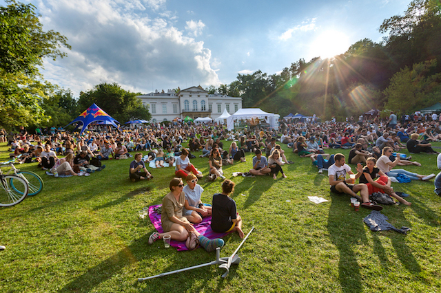 Už v poledních hodinách je na festivalu plno a ulice zaplňují hudební příznivci i rodiny s dětmi. Foto archiv