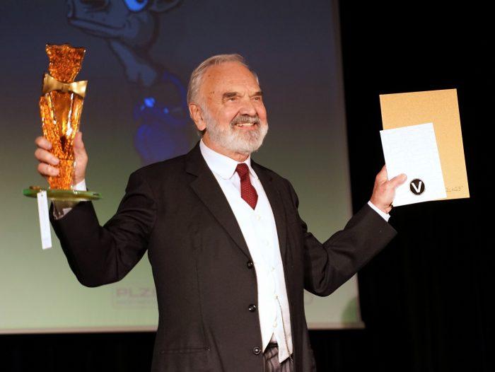 KF Zdenek Sverak s cenou Komedy festu Zlaty velbloud