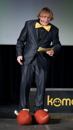 Moderator Lukas Pavlasek v hurvinkovskych botach