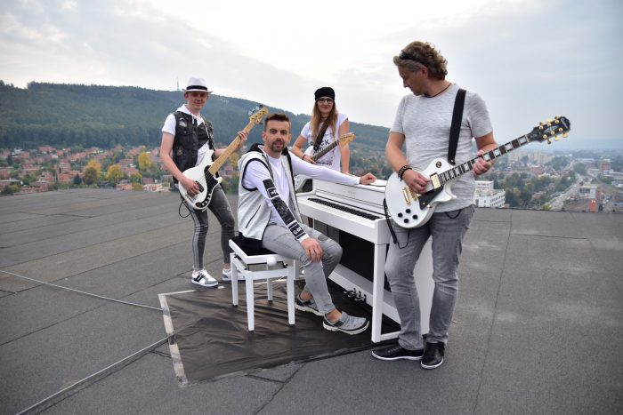 Dostat hudební nástroje na střechu výškové budovy bylo velmi náročné